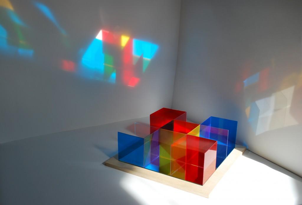 Kalocsai Enikő_Piros, sárga,kék_2012_44x44x13,5cm_rétegelt lemez,plexi, színes transzparens fóliák (4)